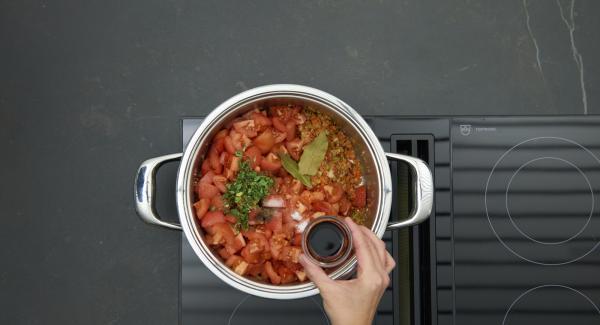 """Unire i cubetti di pomodoro, l'origano, l'aceto, lo zucchero e le foglie di alloro, quindi insaporire con sale e pepe. Chiudere la Pentola con Secuquick. Alzare il fornello al massimo, riscaldare fino alla prima finestra """"Soft"""", abbassare il calore e cuocere per ca. 5 minuti utilizzando Audiotherm."""