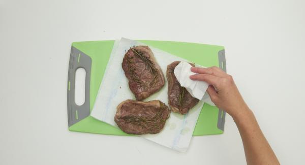 Trascorso il tempo, togliere la Pentola da Navigenio, estrarre le bistecche dal sottovuoto e asciugarle completamente, tamponandole con carta da cucina.