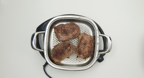 """Al suono di Audiotherm, al raggiungimento della finestra """"carne"""", introdurre le bistecche e rosolarle su entrambi i lati, fino a raggiungere la doratura desiderata."""