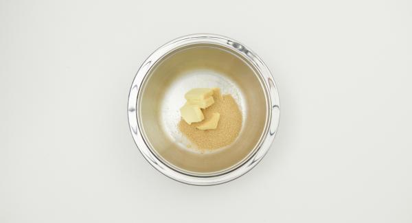Montare a spuma il burro con lo zucchero, aggiungere lo zucchero vanigliato e l'uovo. Amalgamare il preparato e i ribes con il latte.