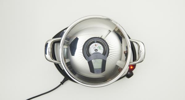 Al suono di Audiotherm, abbassare Navigenio a livello 2 e introdurre la Softiera contenente gli stampini. Chiudere con il coperchio e lasciar cuocere i muffin per 15 minuti circa.