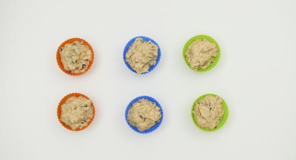 """Versare il composto in sei stampini per muffin (ca. 50 ml) e posizionarli all'interno della Softiera. Posizionare la Pentola su Navigenio impostato a livello 6. Accendere Audiotherm, applicarlo su Visiotherm e ruotarlo finchè compare il simbolo """"carne""""."""
