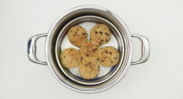 Lasciar raffreddare i muffin e decorarli con dei motivi natalizi.