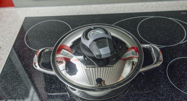 Al suono di Audiotherm, rimuovere il coperchio, girare le patate e continuare la cottura posizionando l'Unità di cottura sul fornello impostato a calore basso.