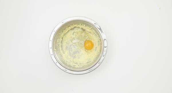 Mescolare il burro e lo zucchero con un frullino elettrico fino ad ottenere un composto morbido e spumoso. Aggiungere le uova e continuare a mescolare, poi aggiungere la farina e il lievito. Infine, aggiungere al composto anche la miscela con i datteri.
