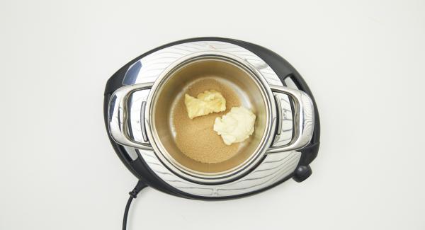 Nel frattempo, mescolare il burro, lo zucchero di canna e la panna nella Pentola piccola, portare il composto a ebollizione e cuocerlo per circa 5 minuti continuando a mescolarlo. Alla fine, lasciarlo raffreddare un pochino.