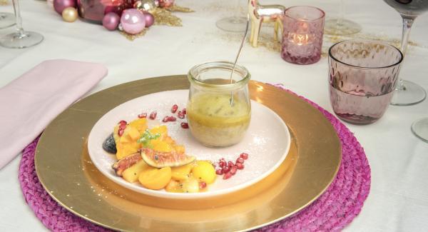 Servire il budino caldo nei vasetti e accompagnarlo con la salsa al caramello.