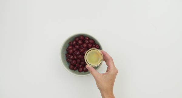 Lavare le ciliegie, dividerle a metà togliendo il nocciolo e bagnarle con il succo di limone.