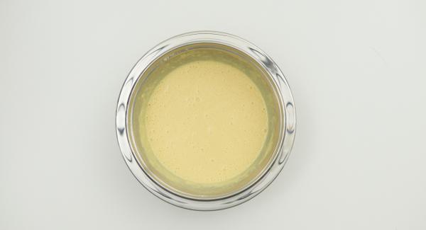 In una bacinella, mescolare i tuorli con 150 g di yogurt. Unire la farina con il lievito e mescolare aggiungendo a filo il latte. Infine, unire gli albumi montati a neve.
