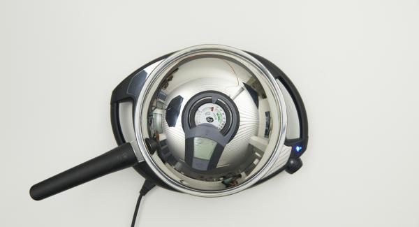 Al suono di Audiotherm, abbassare a livello 2 e aggiungere un cucchiaino di burro nella padella. Versare quindi 1/4 del composto e cospargere alcune ciliegie.