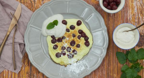 Spolverare i pancake con zucchero a velo e servire tiepidi, con yogurt di accompagnamento.