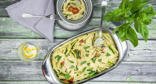 Insalata di pasta e zucchine con feta