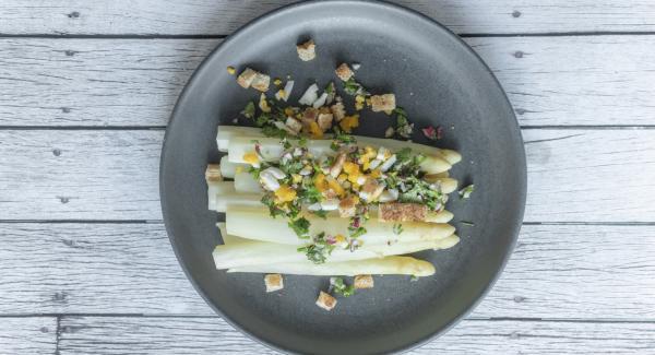 Asparagi con briciole colorate