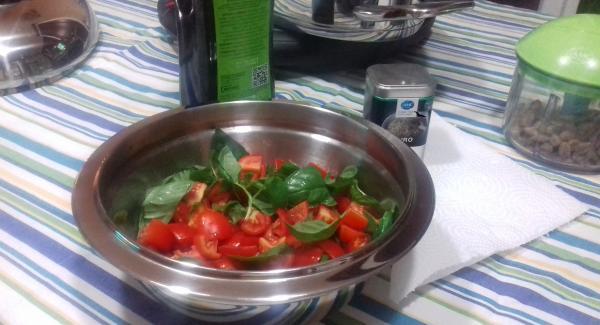 Lavare e tagliare i pomodorini co basilico nella bacinella combi ed aggiungervi olio qb. e un cucchiaino di Pure