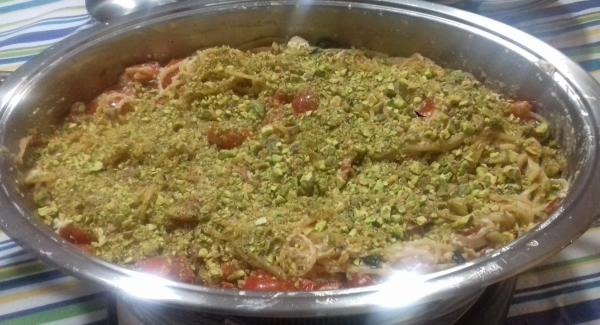Cospargere i pistacchi sulla pasta e procedere alla gratinatura
