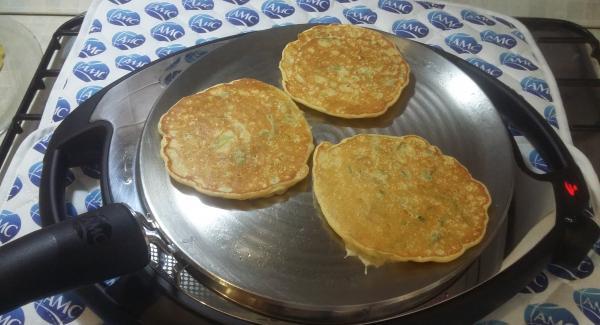 Cuocere il primo lato per poi girare I pancakes.