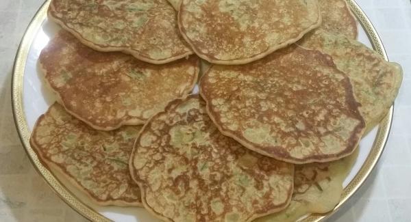 Ripetere il procedimento con il restante impasto per ottenere in totale 10 pancakes.