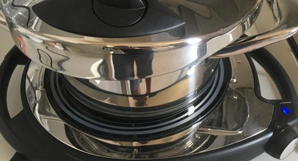 Alla rosolatura aggiungete il riso così da farlo tostare per 1 minuti, dopo di che aggiungete il brodo, e chiudete l'unità di cottura con secuquick 20 cm, impostate audiotherm su turbo 6minuti!