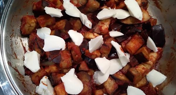 Una volta ammorbidite aggiungere la passata di pomodoro e mescolare il tutto (io ho usato una passata di pomodoro già salata, altrimenti aggiungere un pizzico di sale). Aggiungere la mozzarella a pezzetti e spegnere il fornello. Lasciar cuocere per altri 5 minuti con coperchio chiuso.
