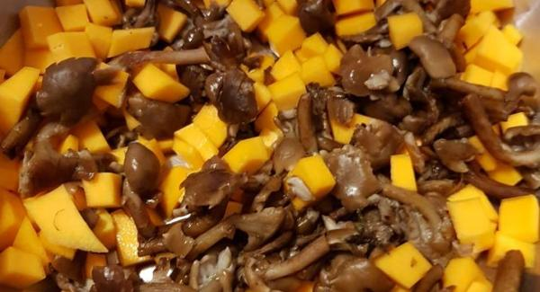 mettere nell' unità di cottura zucca a dadini e funghi freschi precedentemente sbollentati