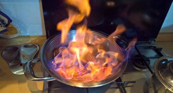 Asciugare bene le fette di salmone con della carta da cucina o un cane vaccino Spremere il succo dell'arancio riscaldare la padella con audiotherm a settore Carne mettere le fette di salmone premere leggermente e chiudere il coperchio impostando sempre carne, quando audiotherm suona la seconda volta ( 85° - 90º ) alzare girare le fette mettere il succo di un arancio il liquore e darà fuoco terminato di bruciare chiudere il coperchio attendere 5 minuti