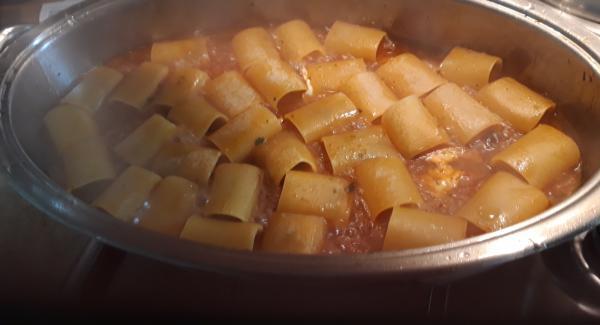 inserire i paccheri e acqua qb a raso coprire e a meta' cottura girare mescolare e procedere la cottura
