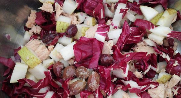 Versare il radicchio la pera la cipolla il tonno le olive ed il dado nell'unità da 20 cm