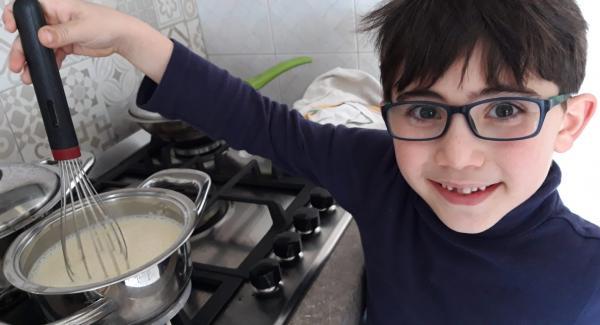 inserire latte uova zuccheo e mescolare poi accendere la fiamma media e gradualmente i rossi d'uova