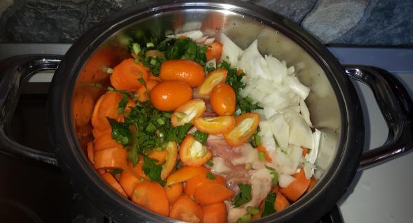 Cuocere nell'unità da 20 cm per 5 minuti e aggiungere il vino bianco.