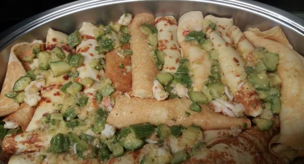 Le zucchine e i gamberetti rimasti cospargere sulle crepes
