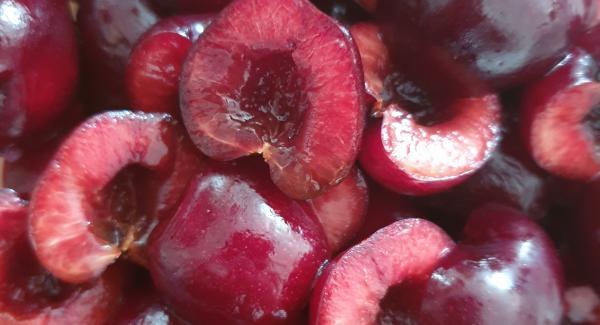 Disossare le ciliegie e metterci il succo di limone