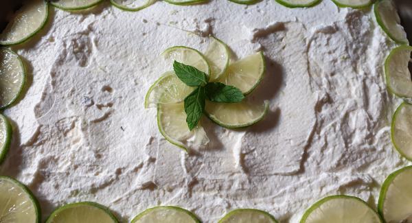 Prima di servire decorare a piacere con delle fettine sottili di lime e delle foglioline di menta