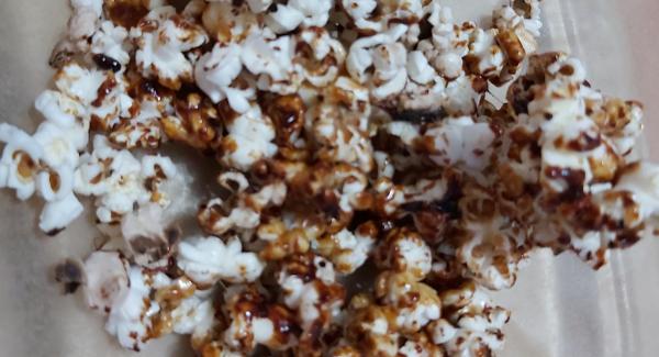 Inserirvi i popcorn e amalgamare per poi adagiare il tutto su un vassoio e servire con un pizzico di sale