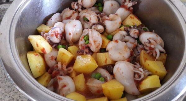 Aggiungere le patate, la passata di pomodoro diluita con un pò d'acqua , il sale, il pepe e un pò di prezzemolo tritato.