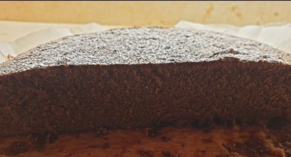 Spentolare la torta, far raffreddare e guarnire con lo zucchero a velo prima di servire