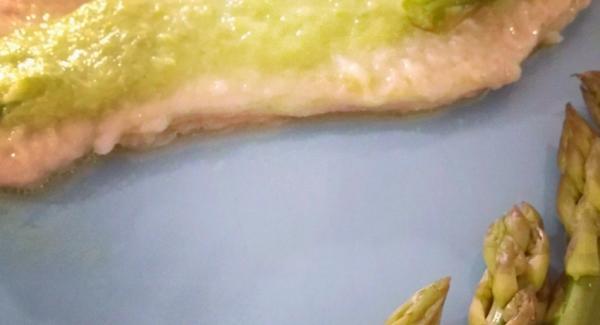 Ho fatto dei piccoli taglietti lungo i bordi delle fette di carne ( per evitare che durante la cottura si arriccino ), le ho infarinate. Nel frattempo nella pentola da 24 di 2,5lt ho fatto scaldare un filo di olio. Ho fatto rosolare entrambi i lati della carne. Verso la fine ho aggiunto la cremina ed ho cotto insieme.