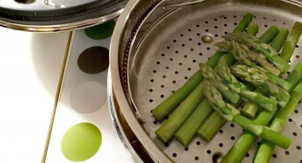 Ho lavato gli asparagi ed ho eliminato la parte più dura e finale dei gambi. Ho tagliato le punte ( si useranno poi per guarnire ). Ho messo un dito d'acqua nella pentola da 24 di 3,5 lt, l'inserto forato con dentro gli asparagi, ho chiuso con easyquick. Navigenio l'ho messo sulla A ed ho impostato 8 a supervapore.