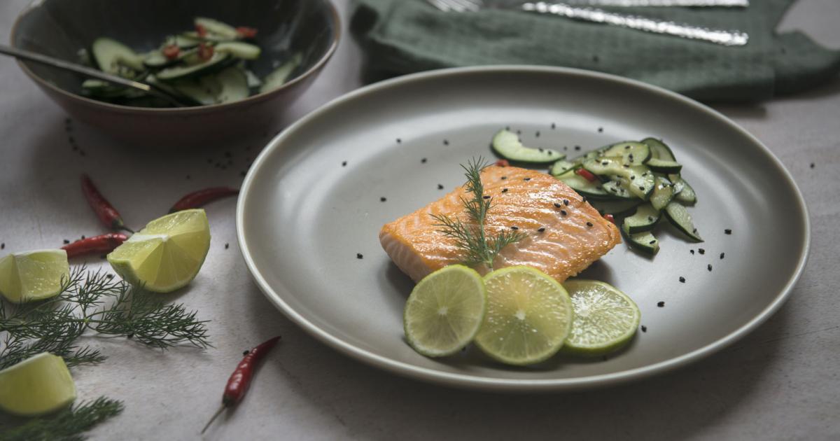 Salmone con insalata di cetrioli e peperoncino for Cucinare cetrioli
